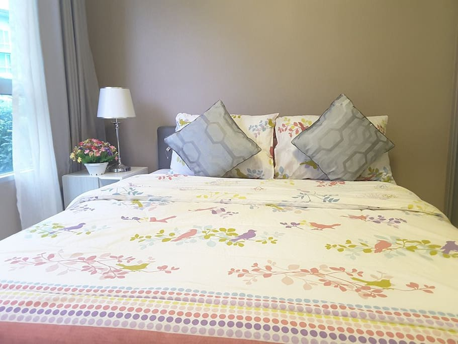 ห้องนอนพร้อมด้วยบรรยากาศสดชื่น