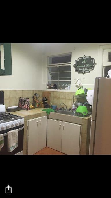 La Cocina está equipada con todos los servicios: estufa, refrigerador, horno, cafetera, etc. Así como con todos los enseres necesarios para cocinar.