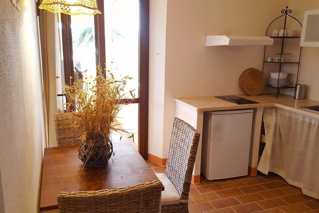 Zona giorno con angolo cottura Living area with kitchenette