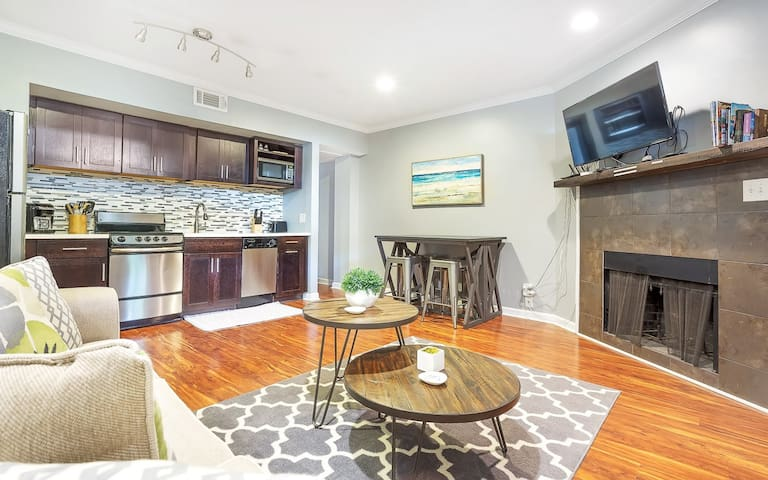 Stay with Lucky Savannah: One bedroom off of Forsyth Park w/ Private Parking!