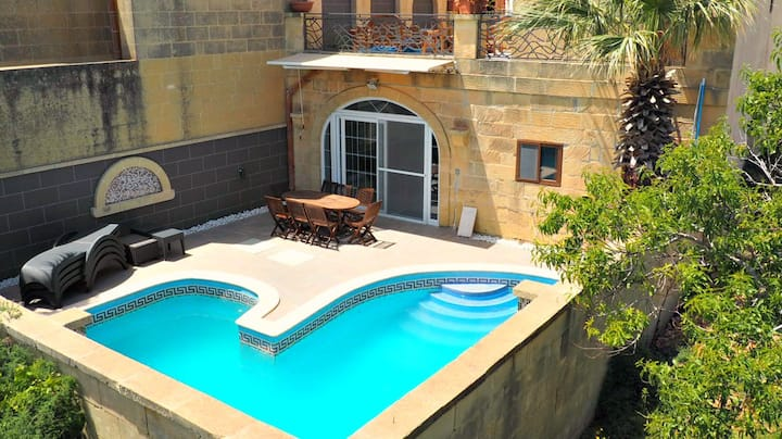 Traditional ensuite Double BR with AC and pool
