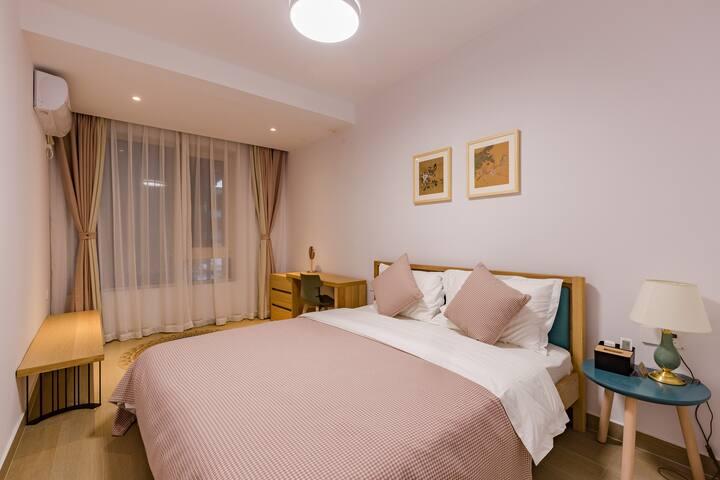二楼卧室1.8米床,写字台,带空调,风扇,高级床垫,床品,带独立卫生间,24小时空气能淋浴。