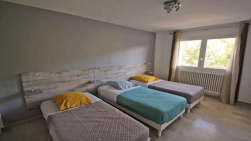 Chambre 2 : taille du lit 90x190 possibilité de rapprocher deux lits simples pour faire un grand lit de 180x190