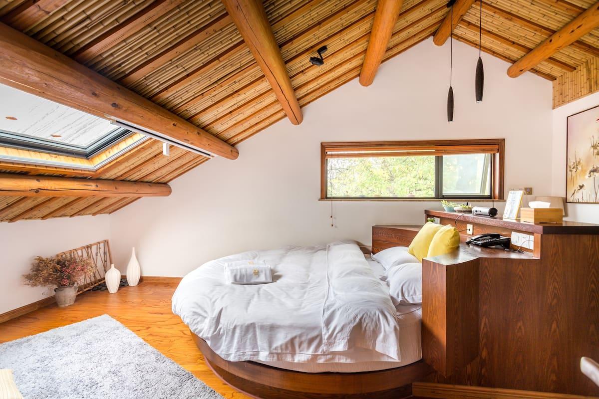 静翕度假别墅/静乾圆床房(地暖、中央空调)。位于北高峰脚下,距灵隐寺七百米。景区公交路线快捷方便。