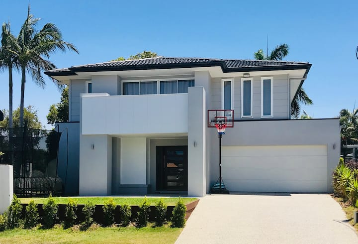 800m to Mooloolaba Beach! Luxury 5 BR with 9m Pool