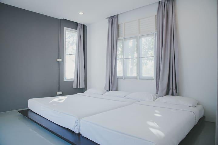 ห้องนอนฝั่งตรงข้ามหลังตู้คอนเทนเนอร์