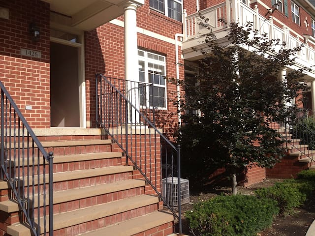 Luxury condo close to Birmingham - Troy - Apartament