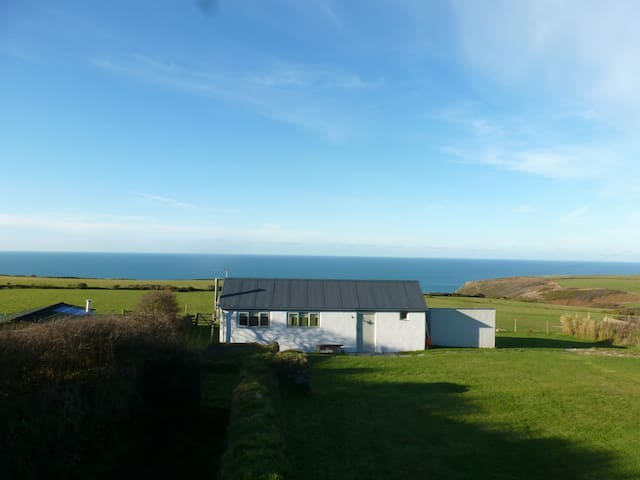 Shepherdesses Bothy overlooking Atlantic Ocean. - Delabole - Huis