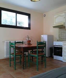 Appartement très calme avec jardin proche d'Alès - Saint-Privat-des-Vieux - Lägenhet