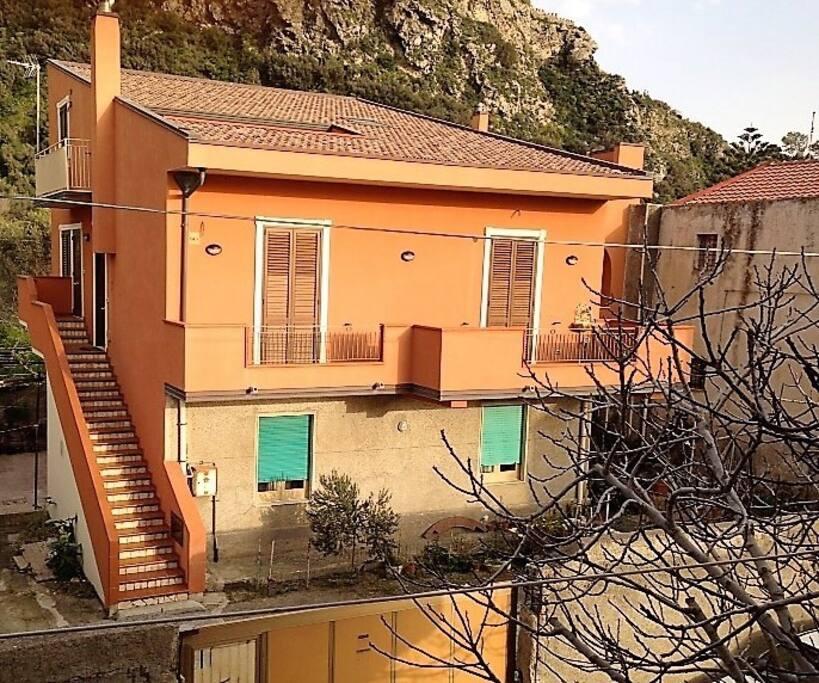 Vista esterna della casa che dista a circa 30 metri dal mare