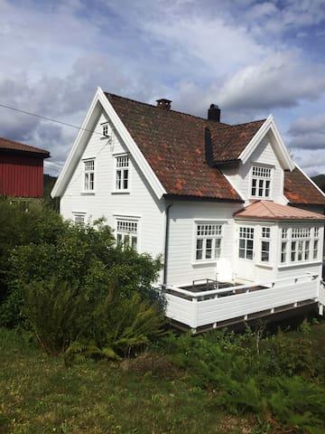 Koselig og stort hus ved Mandalselva
