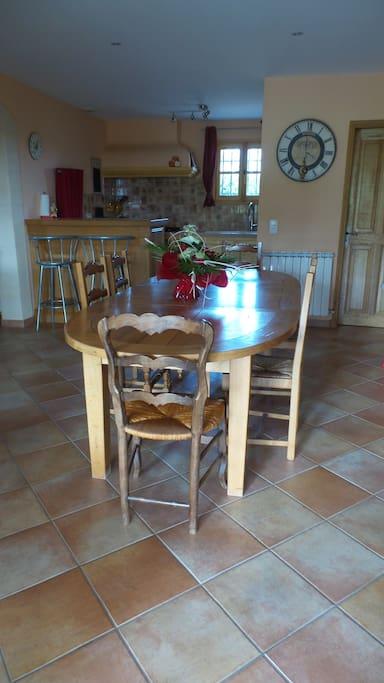 La salle à manger (la table possède des rallonges qui lui permettent d'accueillir 8 personnes)