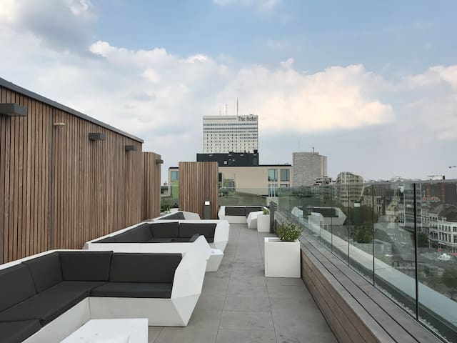 Spacious Studio with Rooftop Lounge & Free Parking