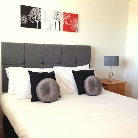 Modern City Centre 3 Bedroom Flat with parking - Aberdeen - Apartment
