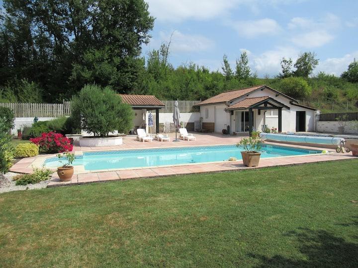 Chalet indépendant avec piscine, proche du centre
