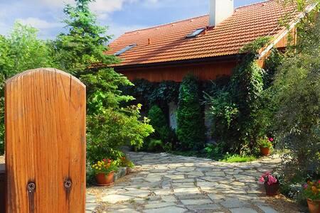Obanówka: dom otoczony zielenią (Kraków-Wieliczka)