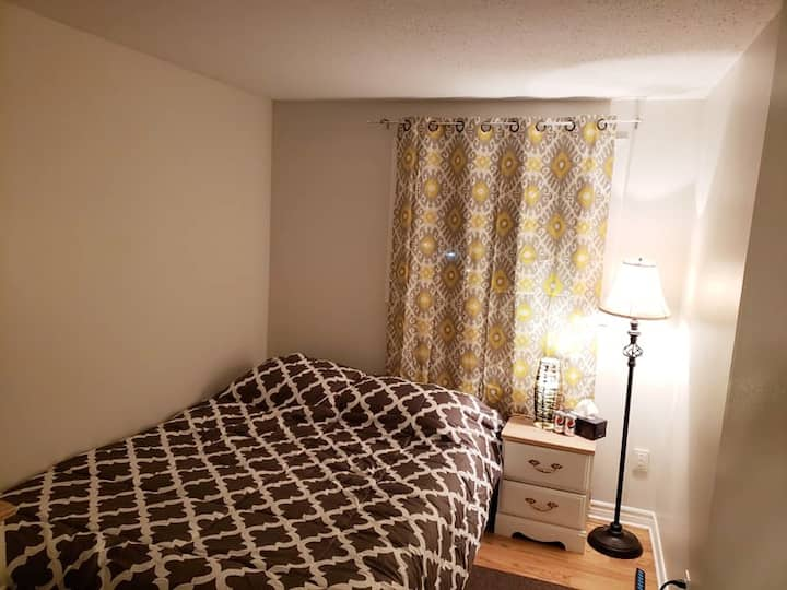 Cozy 1 bedroom w/Queen bed in Kanata