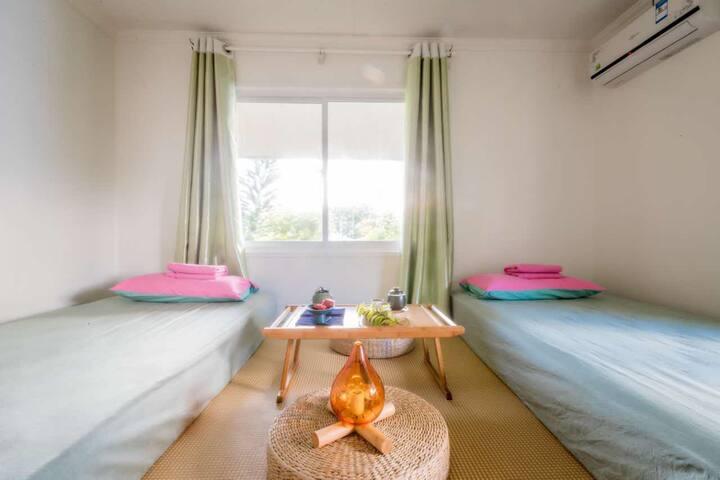日式榻榻米标间。独立卫生间,提供茶具套装使用,速干毛巾和洗漱用品。
