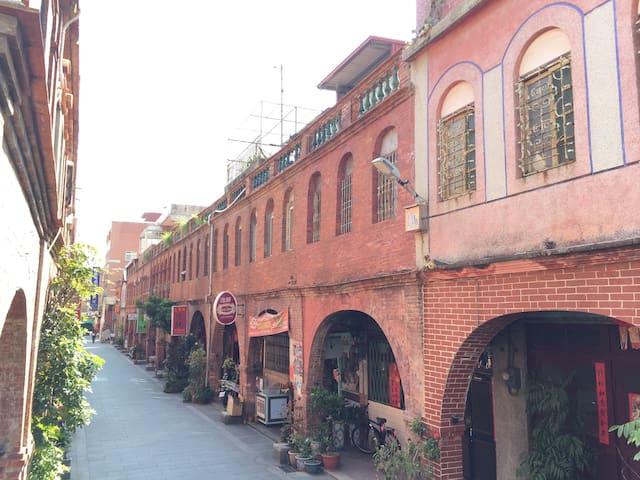 1913年集資興建的歷史建築物,紅磚建築金城著名㬌點之一有著「模範街」稱號,冬暖夏涼 - 金門縣 - Casa