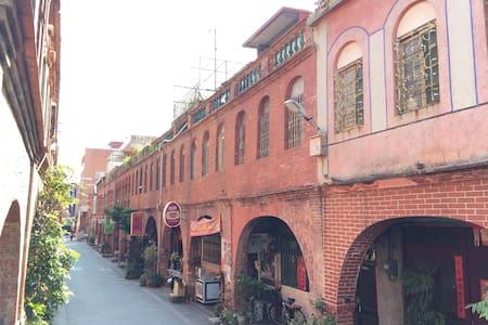 1913年集資興建的歷史建築物,紅磚建築金城著名㬌點之一有著「模範街」稱號,冬暖夏涼 - 金門縣 - 独立屋