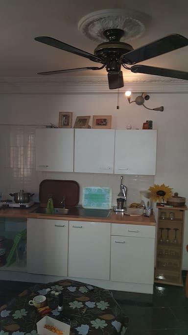 De keuken heeft alle voorzieningen om te koken.  Mocht de stroom uitvallen (heel normaal in heel Gambia) dan kunt u verder op gas!