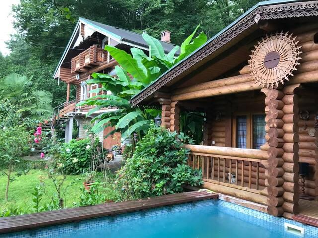 Деревянный дом с баней, у реки, в 15 мин от моря