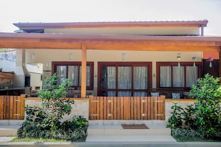 Casa com varanda gourmet condomínio pé na areia!!!