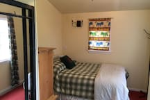 Small room w/full bed