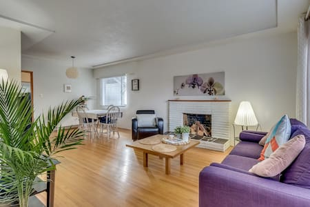Spacious 2 bedroom house near Brentwood Mall - Burnaby