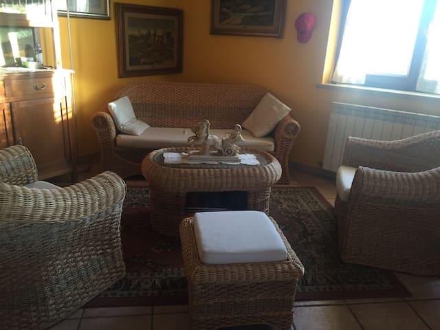 Stanza in villa vicino lago - VICALVI - Casa