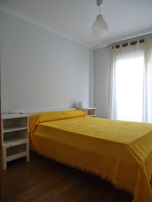 Habitación con cama de matrimonio y armarios.