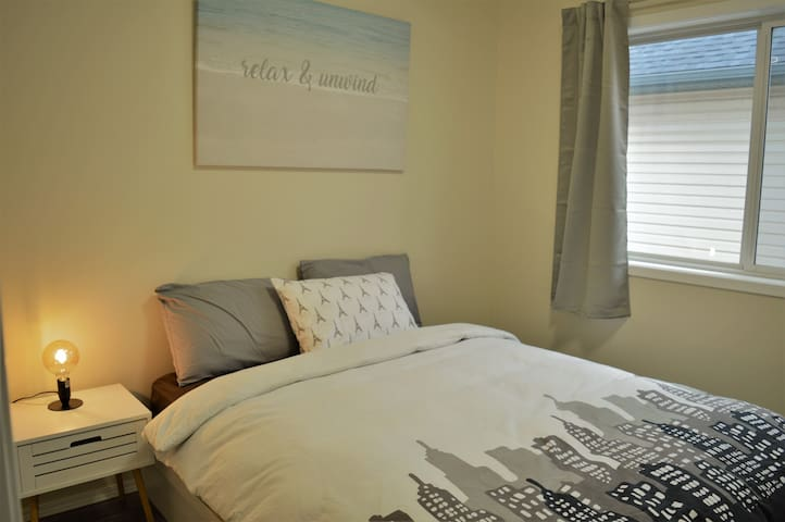 A Comfy queen bed nearby airport w/breakfast!