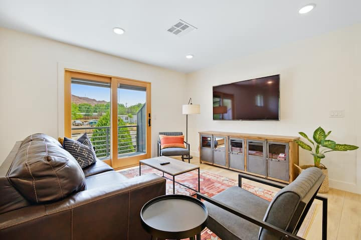 Family friendly condo with full kitchen, red rock beauty, and a town to explore!