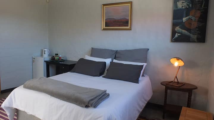 """FICUS-ROOM 1"" - Wifi,Crisp Bedding, 5km from Town"
