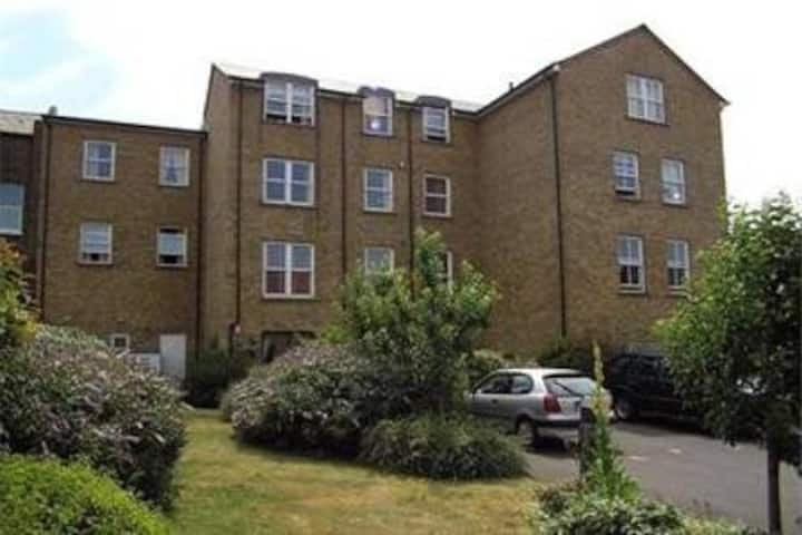 Modern 2 bed 2 bath with parking 2mins to station