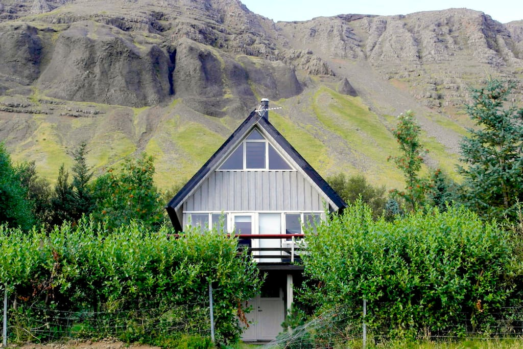 Located on a large private lot, the house is just by lake Medalfellsvatn and mt. Medalfell - ideal for hiking.