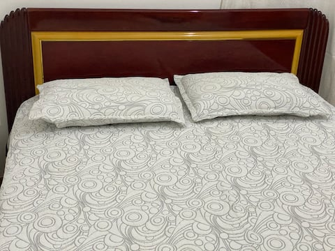 Veel ruimte met queensize bed