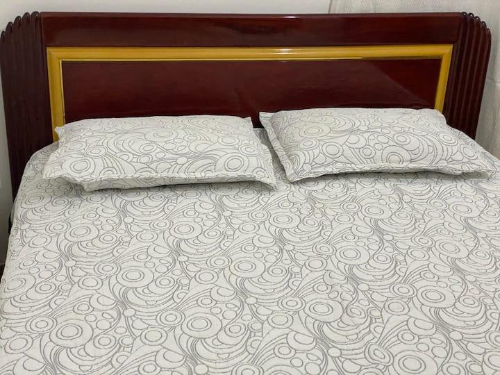 Quarto espaçoso cama Queen