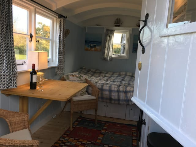 Cosy and Romantic Shepherds Hut near Dedham Vale - Ardleigh - Hut