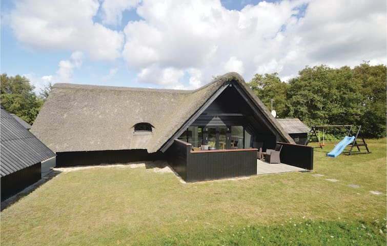 Holiday cottage with 4 bedrooms on 70m² in Blåvand