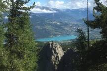 vue générale d'Embrun et du lac de Serre-Ponçon