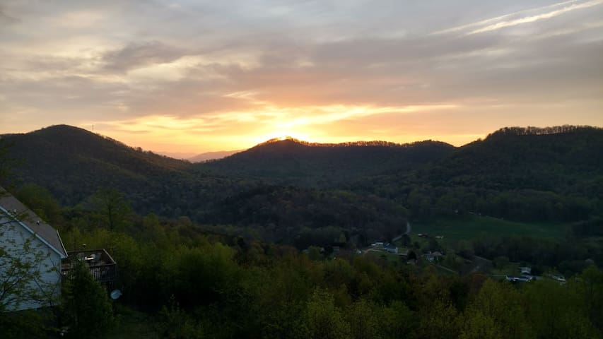 Panoramic Mountain View Getaway - Candler - Hus