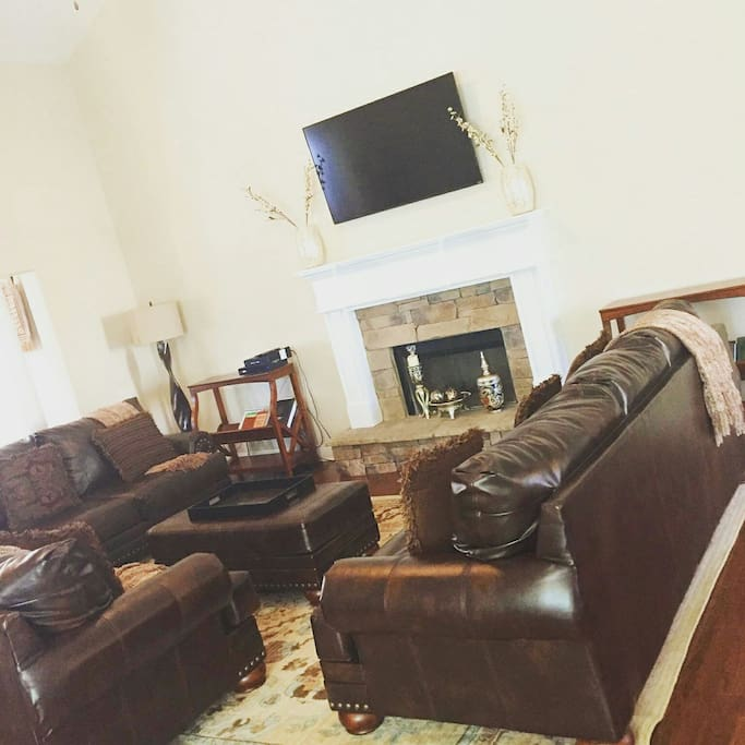 Spacious Living Room w/ Leather Sofas & 55 inch TV