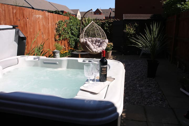 Stylish 2 bed house with Jacuzzi at Barry Island!