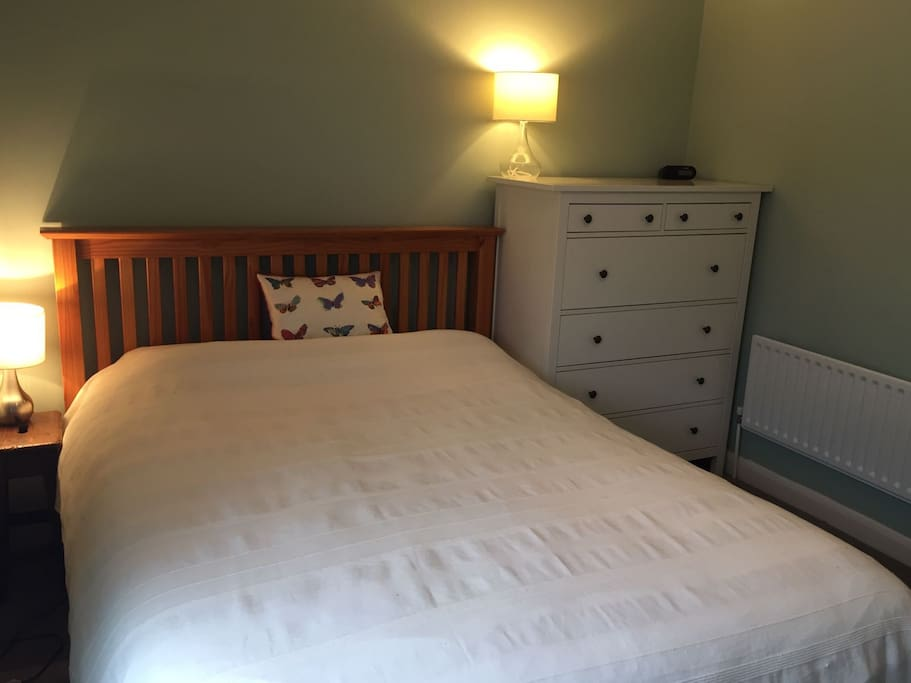 Bright, clean double room with kingsize bed