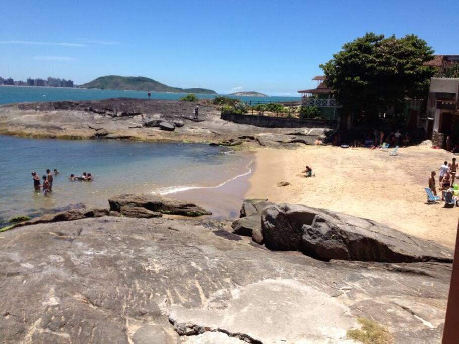 Praia tranquila praticamente particular, nos fundos da casa! A água sempre cristalina! As crianças amam!!