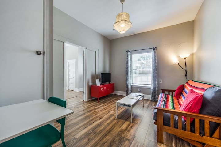 Colorful Pearl & Riverwalk Downtown Apartment!