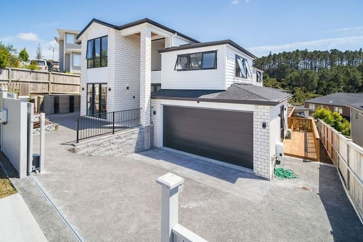 Central Albany brand new modern 2 bedrooms B&B