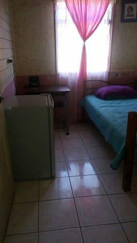 Habitación cálida y hogareña.