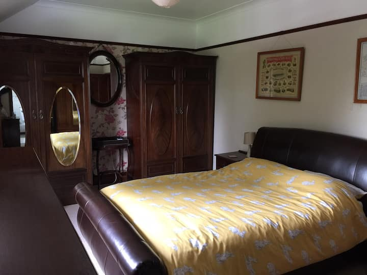 Kingsize bedroom in peaceful countryside retreat